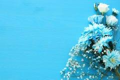 delikatny błękitny kwiatu przygotowania na drewnianym tle kosmos kopii Obrazy Stock