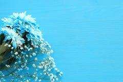 delikatny błękitny kwiatu przygotowania na drewnianym tle kosmos kopii Zdjęcia Royalty Free