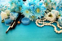 delikatny błękitny kwiatu przygotowania obok perły makeup i kolii Obraz Royalty Free