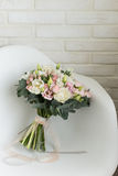 Delikatny bridal bukiet na krześle Obraz Stock