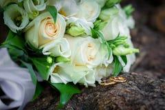 Delikatny bridal bukiet z obrączkami ślubnymi Zdjęcia Stock