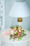 Delikatny bukiet kwiaty i lampa Fotografia Stock