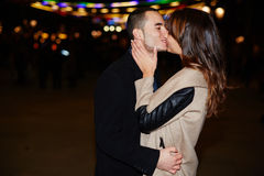Delikatny buziak facet i dziewczyna na dacie Zdjęcia Stock
