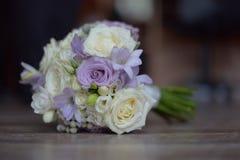 Delikatny kwiecisty przygotowania dla być z purpurowymi i białymi różami Fotografia Stock