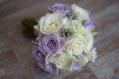 Delikatny kwiecisty przygotowania dla być z purpurowymi i białymi różami Fotografia Royalty Free