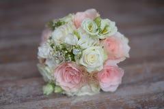 Delikatny kwiecisty przygotowania dla być z różowymi i białymi różami Obrazy Stock