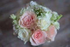 Delikatny kwiecisty przygotowania dla być z różowymi i białymi różami Obrazy Royalty Free