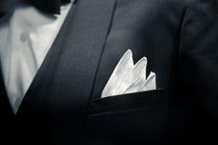 Delikatny mężczyzna zbliżenia fornala smokingu kostium dla luksusowego gościa restauracji Obraz Stock