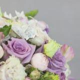 Delikatny nieociosany kwiecisty bukiet różana lila peonia na popielatym tle Zdjęcia Stock