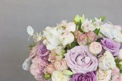 Delikatny nieociosany kwiecisty bukiet różana lila peonia na popielatym tle Zdjęcia Royalty Free