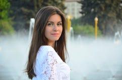 Delikatny portret dziewczyna w białej sukni blisko fontain zdjęcie stock