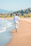 Delikatny przespacerowanie wzdłuż plaży bosej obraz royalty free
