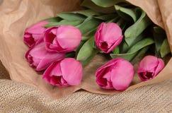Delikatny różowy wiosna bukiet tulipany w pakunku Kraft papier Zdjęcie Stock