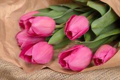 Delikatny różowy wiosna bukiet tulipany w pakunku Kraft papier Zdjęcia Royalty Free