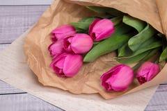 Delikatny różowy wiosna bukiet tulipany w pakunku Kraft papier na papierze Obraz Royalty Free