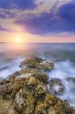 Delikatny słońce spada w ciepłym nawadnia lata morze Obraz Stock