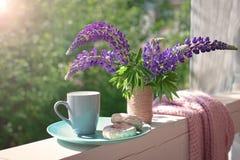 Delikatny skład z purpurowym lupines bukietem, filiżanką i tortami, Zdjęcie Royalty Free