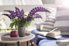 Delikatny skład z purpurowym lupines bukietem, jabłkiem i książką, Obrazy Royalty Free