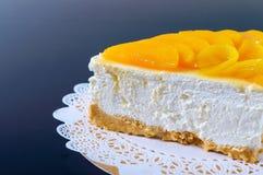 Delikatny souffle z soczystymi brzoskwiniami Wielki wyśmienicie kawałek tort na złotym stojaku fotografia stock