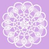 Delikatny trykotowy koronkowy doily odizolowywający na purpurowym tle Obraz Stock