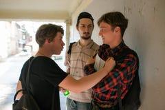 Delinquente della via del ragazzo spaventati violenza adolescente fotografia stock libera da diritti