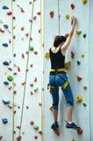 Delirio adolescente con el arnés que sube la pared vertical Fotos de archivo libres de regalías