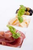 Deliscious开胃小菜板材用帕尔马巴马干酪和橄榄 库存照片