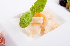Deliscious开胃小菜板材用帕尔马巴马干酪和橄榄 免版税库存照片