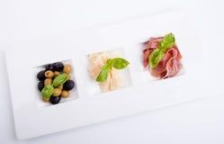 Deliscious开胃小菜板材用帕尔马巴马干酪和橄榄 库存图片