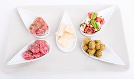 Deliscious开胃小菜板材用帕尔马巴马干酪和橄榄 图库摄影