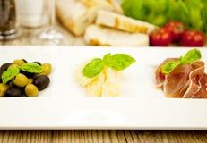 Deliscious开胃小菜板材用帕尔马巴马干酪橄榄 图库摄影