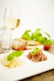 Deliscious开胃小菜板材用帕尔马巴马干酪橄榄 免版税库存照片