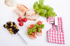 Deliscious新鲜的bruschetta开胃菜用蕃茄  免版税图库摄影