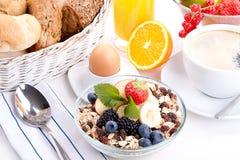 Deliscious sund frukost med flingor och frukter   royaltyfri fotografi