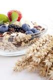Deliscious sund frukost med isolerade flingor och frukter royaltyfria foton