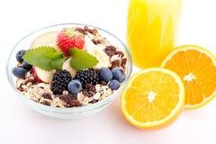Deliscious sund frukost med isolerade flingor och frukter royaltyfri bild