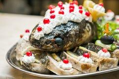 Delishios fisk i plattan med grönsaken Arkivfoto
