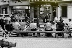 Deliveroo, Foodora, uber Je doręczeniowych ludzi odpoczywa w centrali Zdjęcia Stock