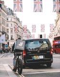 Deliverro matleverans i London under kungliga gifta sig Regent St Royaltyfri Bild