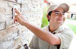 Delivery man ringing doorbell Royalty Free Stock Images