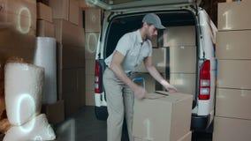 Deliveryman ładowania pakunki w doręczeniowym samochodzie dostawczym zdjęcie wideo