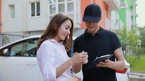deliveryman Ekspresowy kurier Dostarcza pakunek klienta dom zbiory wideo