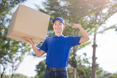 Deliveryman hold heavy box Royalty Free Stock Photos