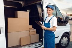 Free Deliveryman In Uniform, Carton Boxes In The Car Stock Images - 163536774