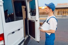 Free Deliveryman In Uniform Closing The Car, Delivering Stock Photo - 163537950