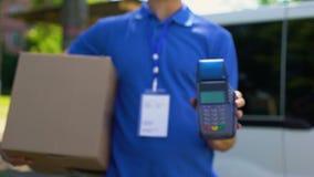 Deliveryman mienia pudełkowaty i płatniczy terminal, kredytowej karty przyrząd, klient opieka zbiory