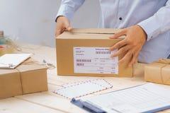 Deliveryman nagrywa karton dla dostawy i pakuje fotografia royalty free