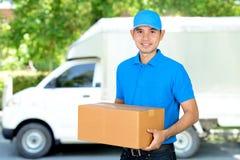 Deliveryman niesie kartonowego pakuneczka pudełko obraz royalty free