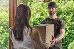 Deliveryman robi drzwi drzwiowa dostawa zdjęcia royalty free