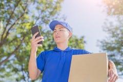 Deliveryman rozmowa na telefonie obraz royalty free